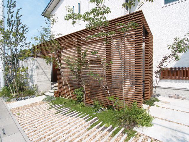 天然木のタンモクサーモ材によるあたたかな風合いのルーバーデザイン