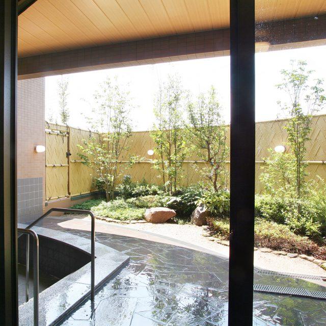お風呂から見えるお庭の景観と目かくしに