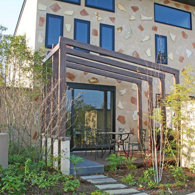 パーゴラやアーチなど庭のデザインの一部として