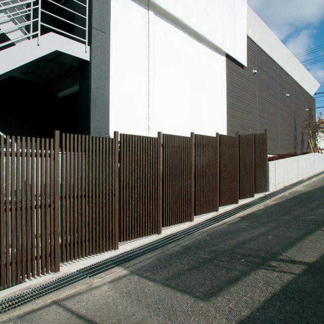 風通しと採光を適度に保つ格子フェンス