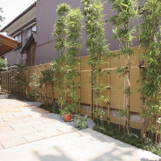 植栽の緑が鮮やかなみす垣のアプローチ