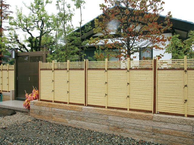 竹垣が建物と調和して落ち着いた印象に
