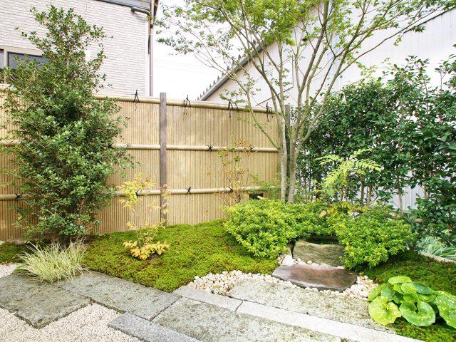 細いエコ竹を使った清水垣。目かくし度が高く、エコ竹のすき間はわずかに通気性もあります