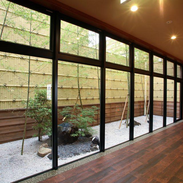 お庭にe-バンブーユニット建仁寺垣を使用して落ち着いた空間に