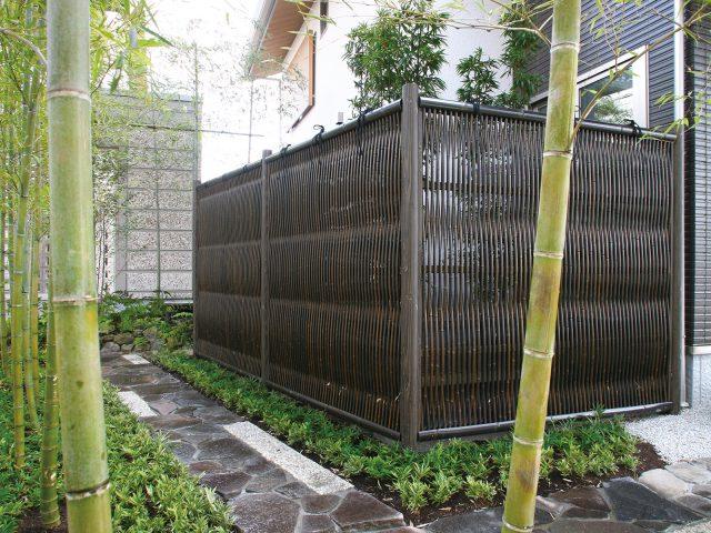 浴室前の竹のデッキを大津垣で囲って