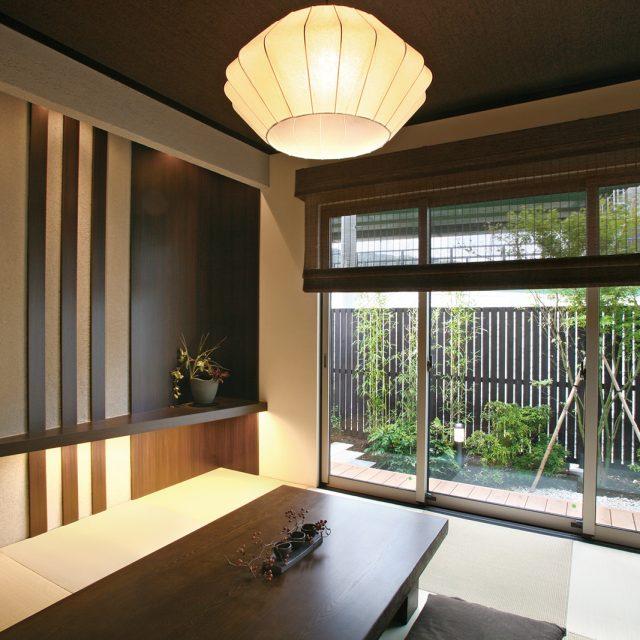 天然木のe-ウッドフェンスを別注塗装で和風の雰囲気を醸し出す