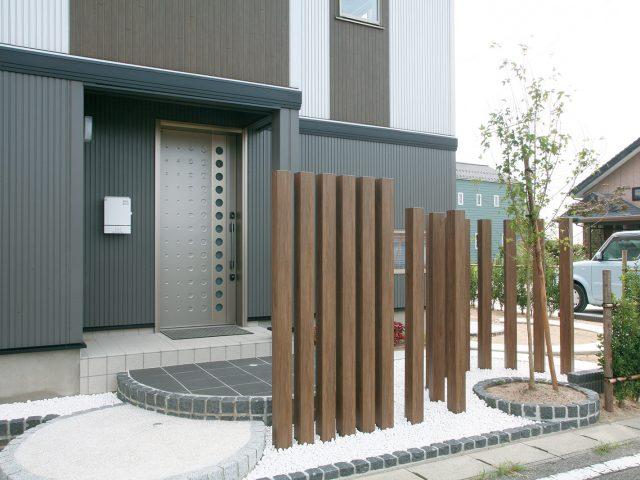 エバーアートウッド角柱で門まわりをデザイン