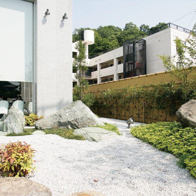 食事をしながら眺める和風庭園を演出