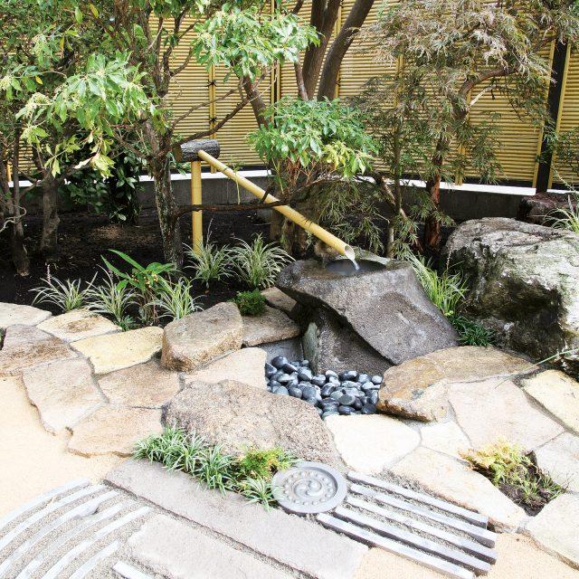 人工竹の筧で和の趣を添える。美しさが長く続きます