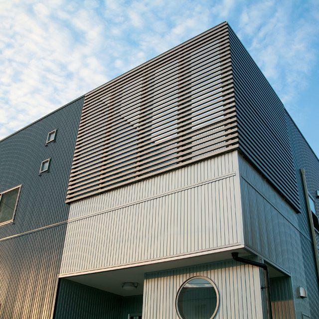 目かくしの格子部材。ステンカラーで建物とも調和しています