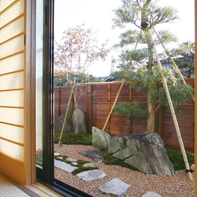 すす竹の色合いが、落ち着いた和の風情をつくります