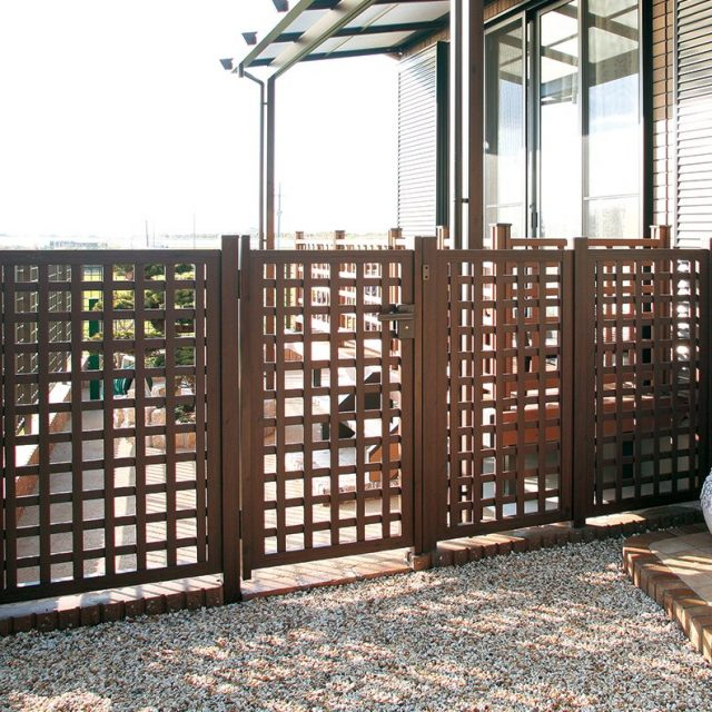 扉と柱がセットになったe-モクプラフェンス