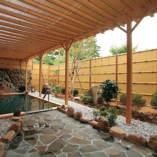 竹垣の目かくしで落ち着いた雰囲気の露天風呂に