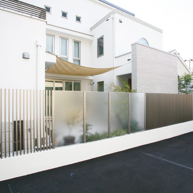 エバーアートウッドとポリカーボネートパネルを組み合わせて透明感のあるフェンスを創る