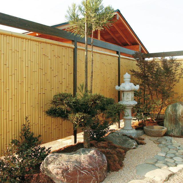 和風庭園にエバースクリーン建仁寺垣で落ち着いた印象に