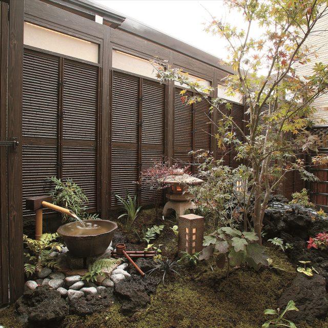 和風庭の背景をみす垣スクリーンで演出