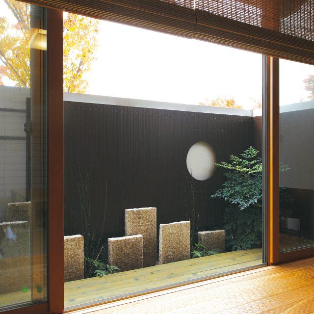 エバーアートウッドこだわり板を使用したお庭の風景