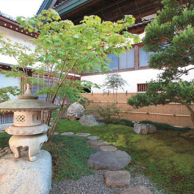 竹垣と植栽の色合いが調和した格調高い和風空間