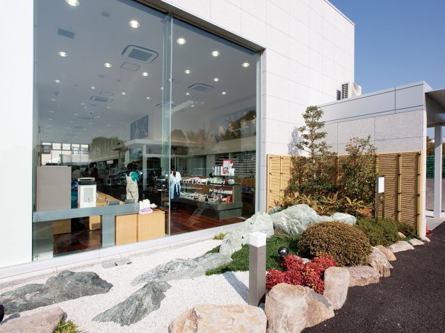 店舗から眺める和のスペースに。エバーみす垣が植栽とも調和します