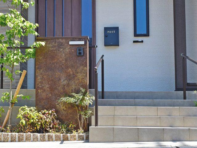 門袖をエバーアートボードのラストブラウン色で装飾。重厚感ある仕上がりに