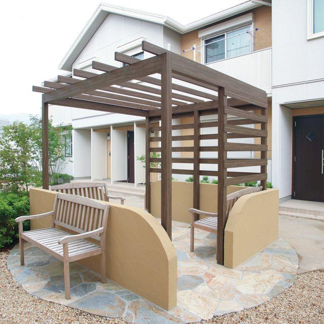 バーゴラ・ポーチ独立タイプを使用した集合住宅の休憩所