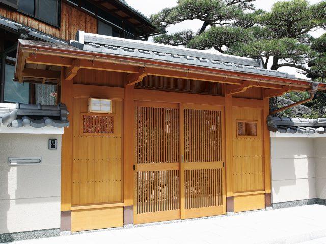 伝統的な日本建築の「美と風格」を追求した数寄屋門