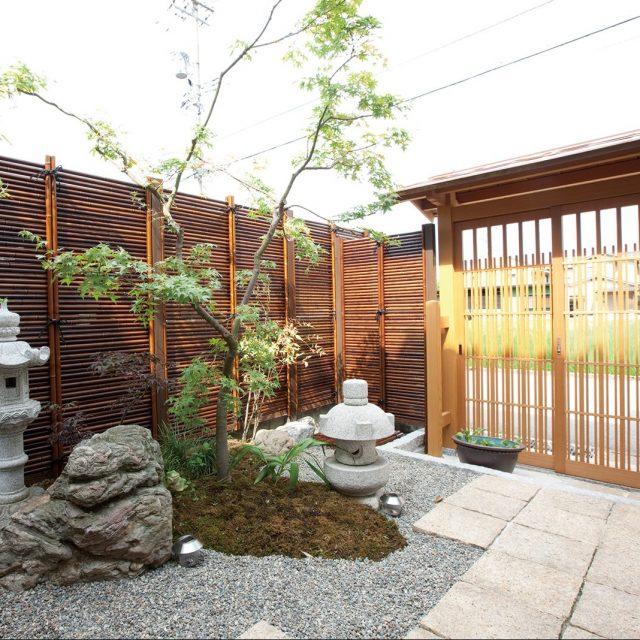 すす竹の色合いが美しいみす垣で、和の趣を演出