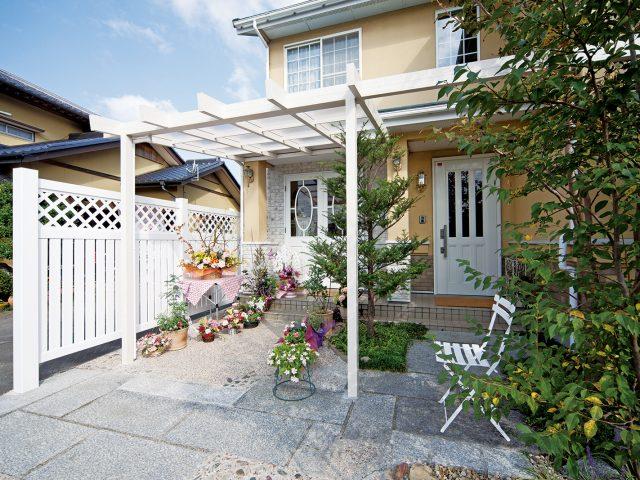 住宅の雰囲気に合わせて、ホワイトを基調にフロントヤードをコーディネート