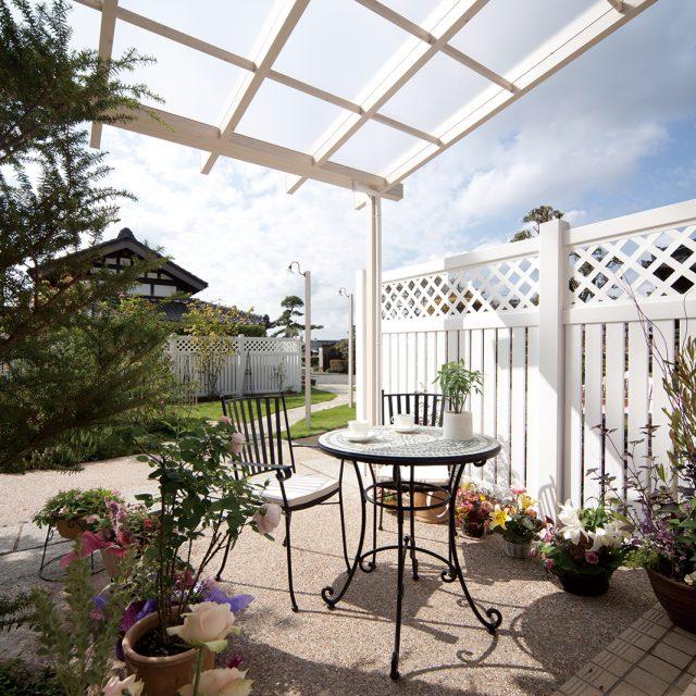ロイヤルフェンスの白さが庭を明るくします