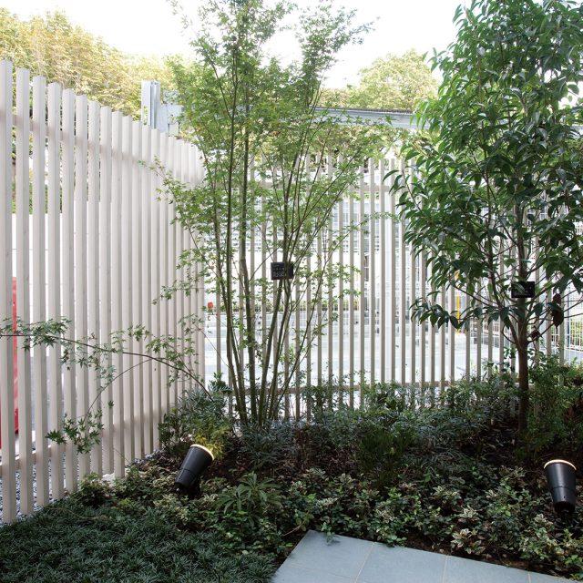 カラーバリエーションが豊富で、すき間幅も選べる便利な縦格子フェンス