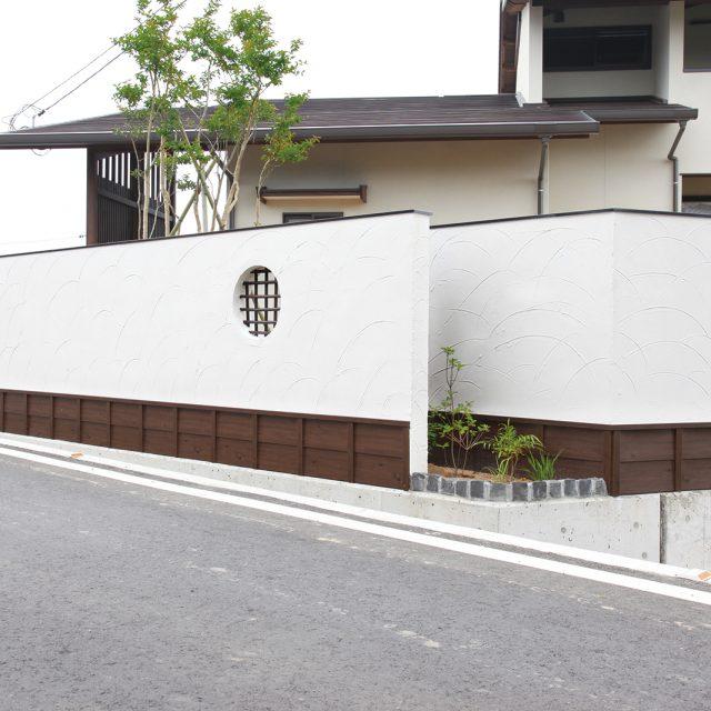 白い塗り壁のアクセントとして、下見塀ボードを使用。泥はねによる汚れ対策にもなる
