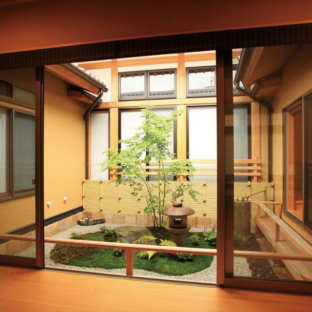 建物の雰囲気にマッチした風情のある坪庭