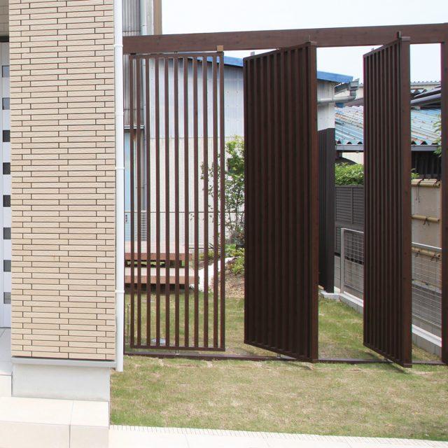 風通しも良い回転扉の付いた千本格子で庭の仕切りに