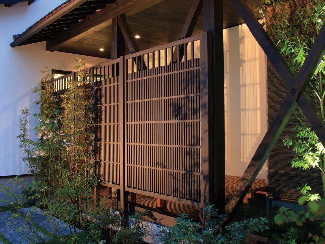 情緒ある和の庭にエバースクリーン糸屋格子