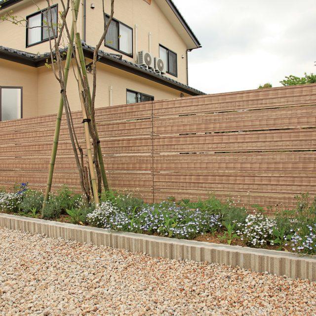 アルミこだわり板を使ったフェンス。適度な風通しとお庭の目かくしに