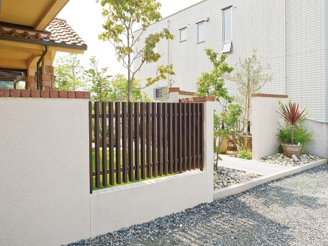 塗り壁と合わせて門まわりのアクセントに、庭をほどよく目かくし