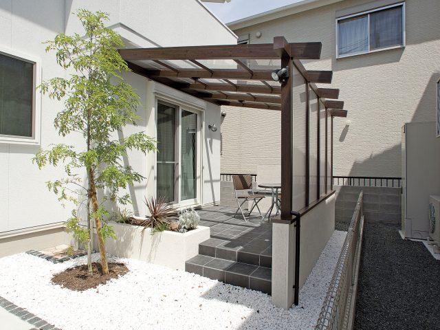家と庭をつなぐスペースにもうひとつの部屋を