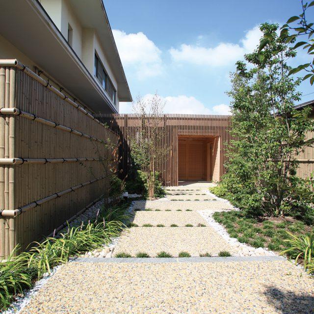 エバー古竹さらし竹を使って、落ち着いた雰囲気のフロントヤードに