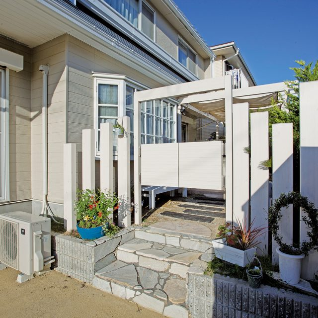 プライバシーを守るフェンスやパーゴラなどが庭をデザインする機能としても