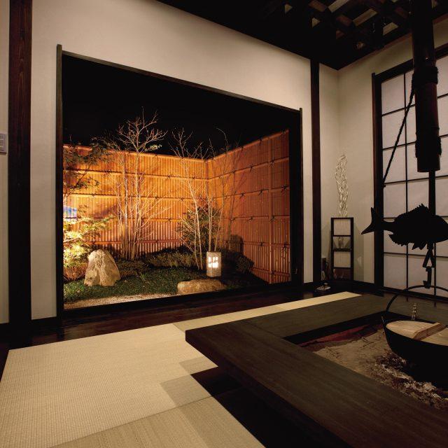 夜も室内から眺めて楽しめる坪庭