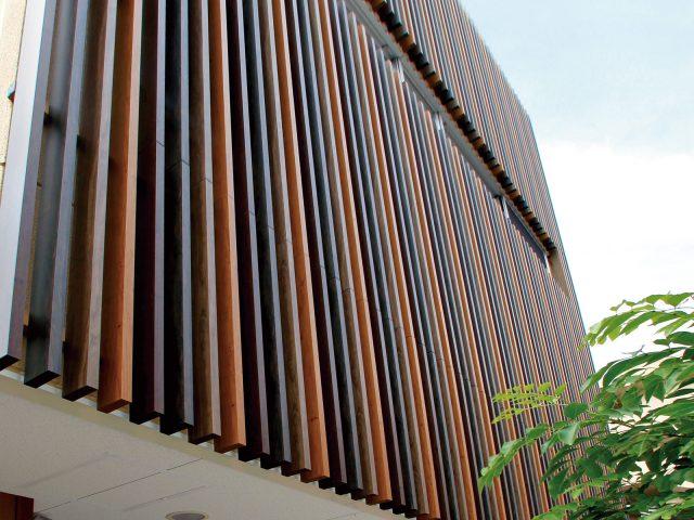 格子部材で建物の外壁を装飾。お好みのカラーを使ってオリジナルのデザインに