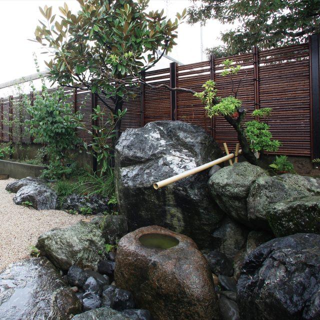 素材の美しさが調和した和風庭園