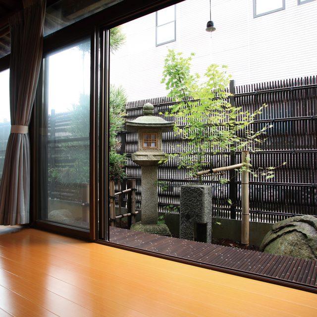 落ち着いた和風の庭を大津垣でおもてなしの空間に