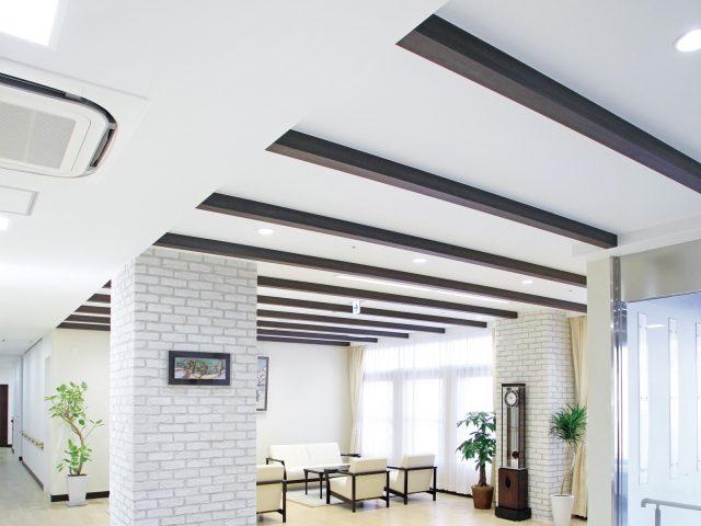 天井材の装飾としてスリットフェンス用格子材を使ってアクセントに
