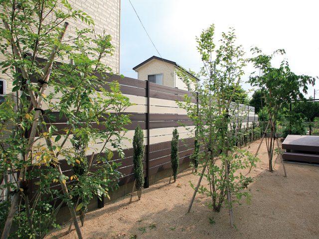 2色のカラーでフェンスをデザイン。白のラインがアクセントに