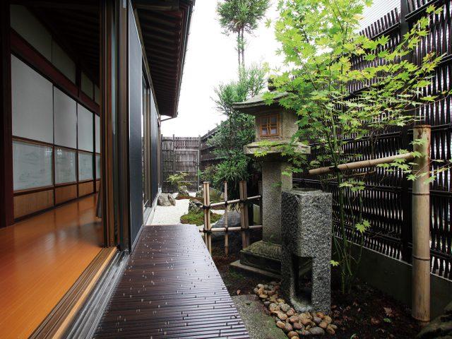 大津垣は、正面からは目かくしに、斜めから見ると立体的。すき間からは風が通ります