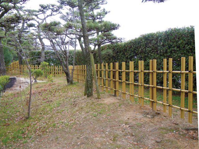 公共施設のお庭に四ツ目垣フェンスL型を使用した現場