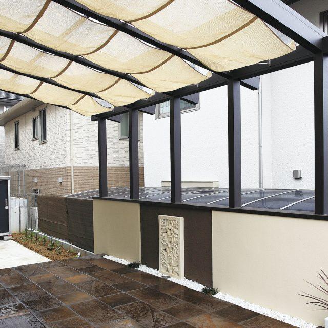 庭に向かってリビングルームが広がる感覚。腰壁タイプは目かくしにもなり、安心感のある雰囲気が得られます