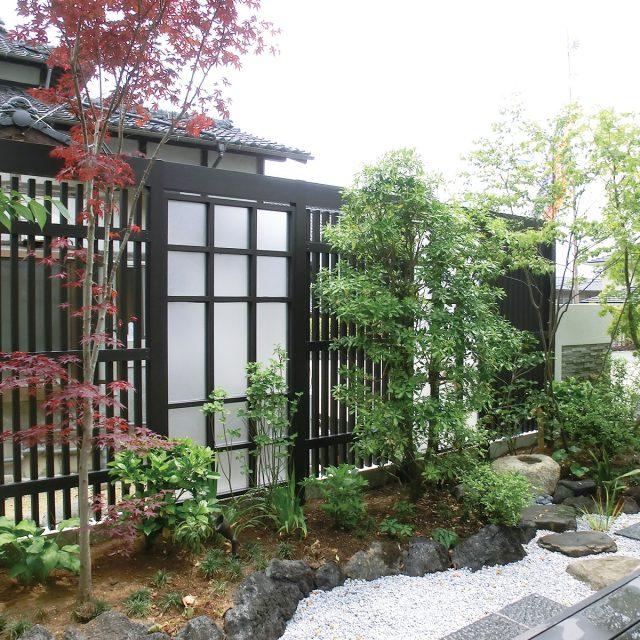 植栽と調和したエバースクリーン、千本格子フェンスの組み合わせ