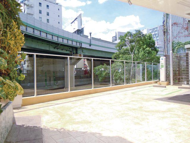 駐車場との境にガラスフェンスを採用